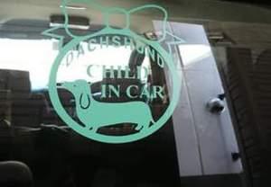 車のリアガラスに貼られたカッティングシート