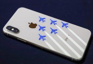 iPhoneに貼られた飛行機柄のカッティングシート ブルーインパルス